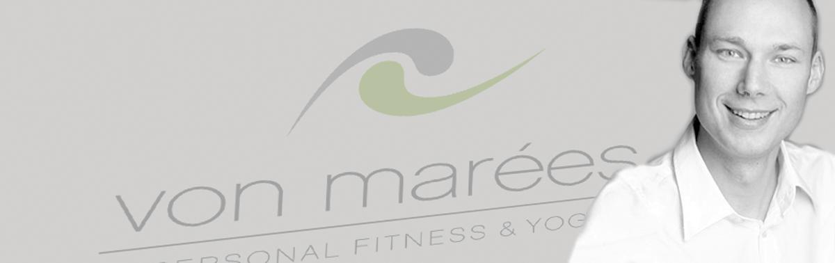 """Portrait-Bild des Inhabers Markus von Marées vor Hintergrund mit Logo """"von marées PERSONAL FITNESS & YOGA"""""""